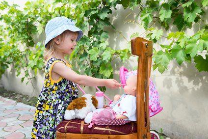 Bébé joue à la poupée: à quel âge, pourquoi ?