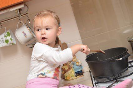 Dans la cuisine: bébé en danger !