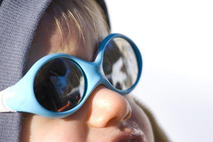 Des lunettes de soleil adaptées à bébé